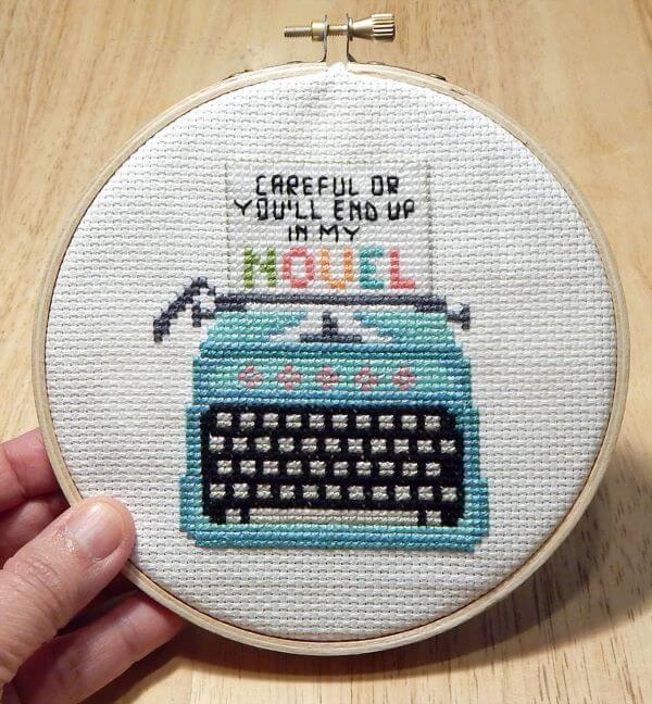 Ponto cruz criativo com máquina de escrever