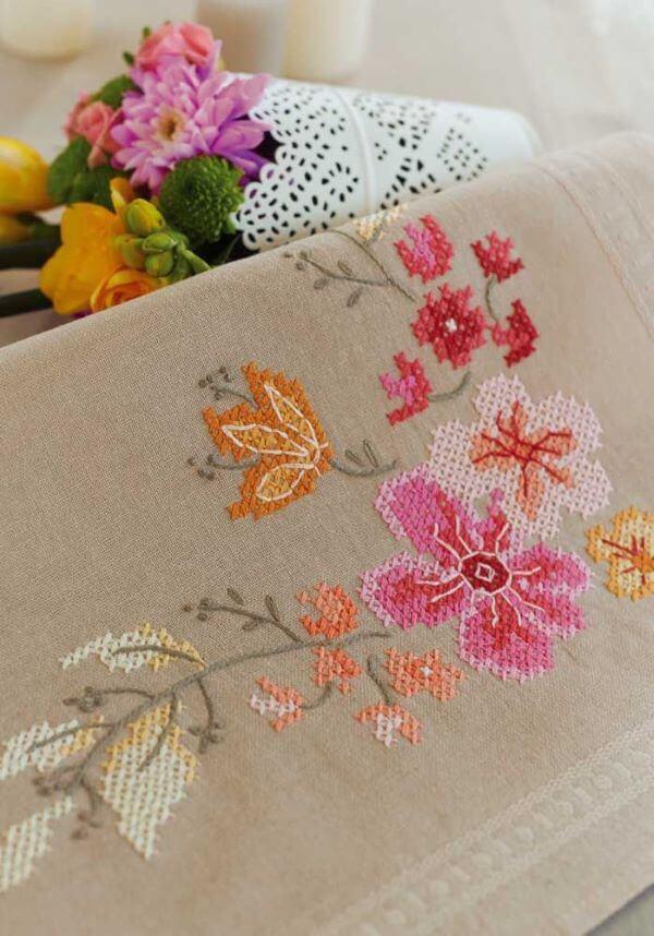 Toalha de mesa com flores delicadas bordadas