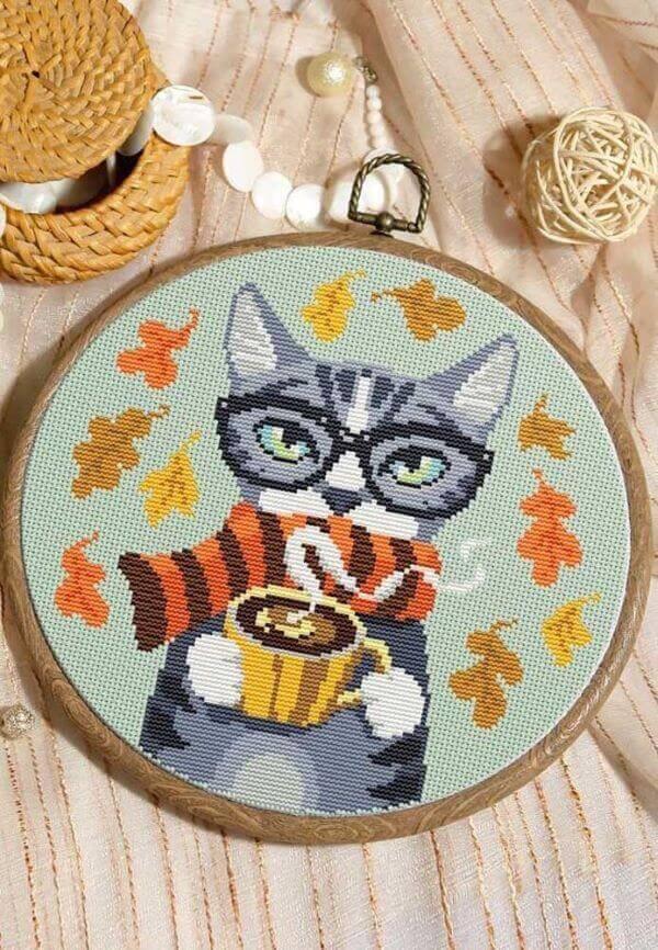 Ponto cruz de gatinho com café, cheio de cores e detalhes
