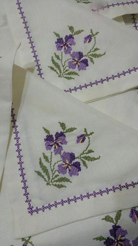 Toalhas combinando com flores de pontos cru