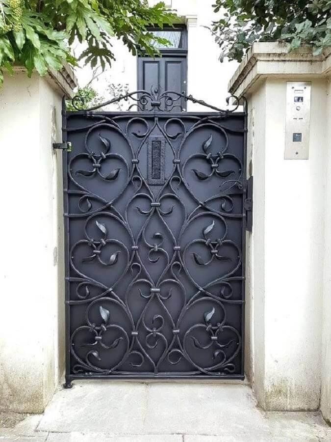 porta de ferro com grade arabesca Foto Revista VD