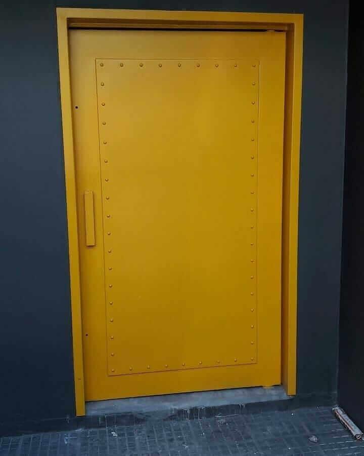 porta de ferro pintada de amarelo Foto Eng. Evandro Carvalho