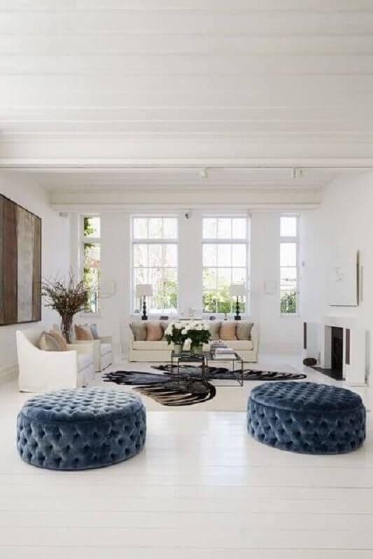 puff capitonê azul para sala toda branca com lareira Foto Pinterest
