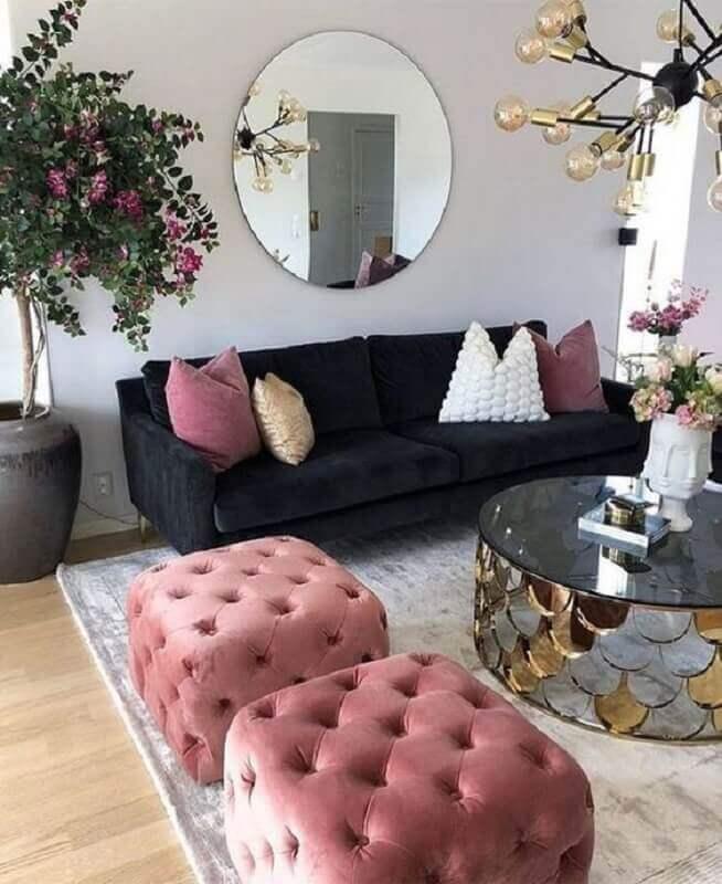 puff capitonê rosa para decoração de sala com sofá preto e mesa de centro espelhada Foto Dizzy Home