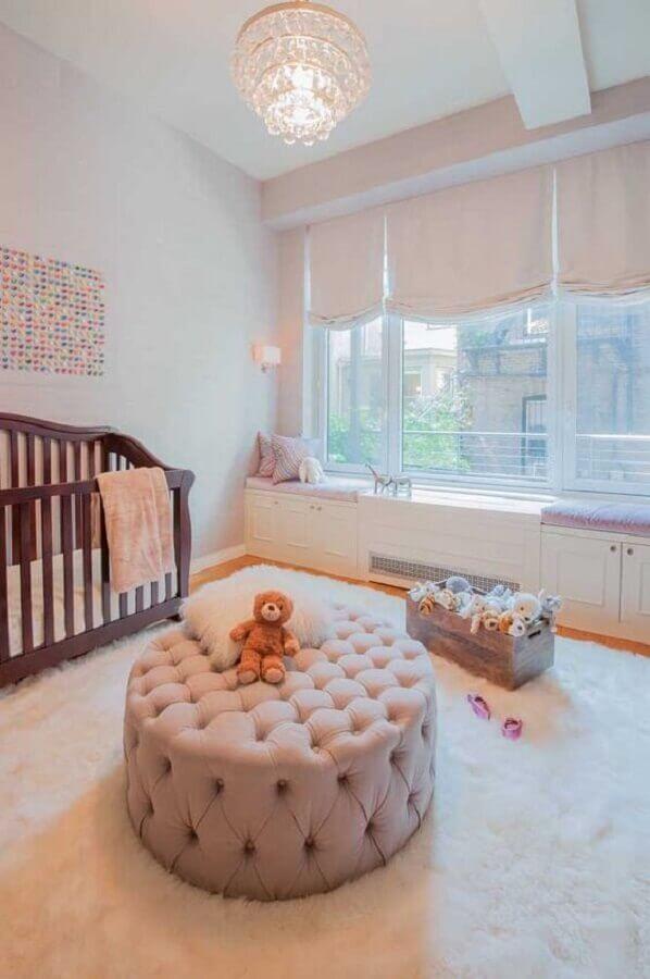 puff redondo capitonê para quarto de bebê com berço de madeira e tapete branco felpudo Foto Ideaz Home