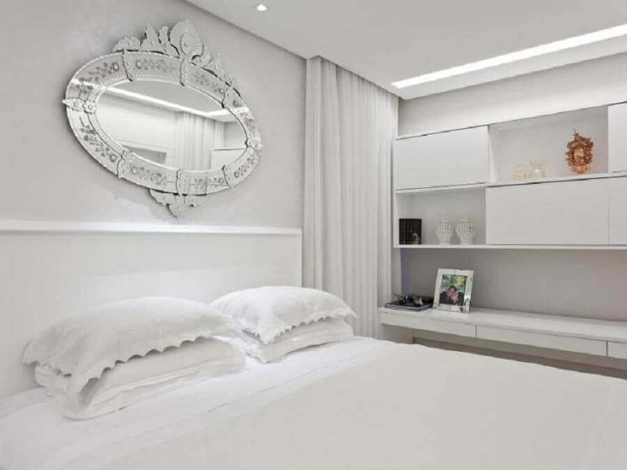 quarto branco de casal com espelho na cabeceira Foto Flávio Moura