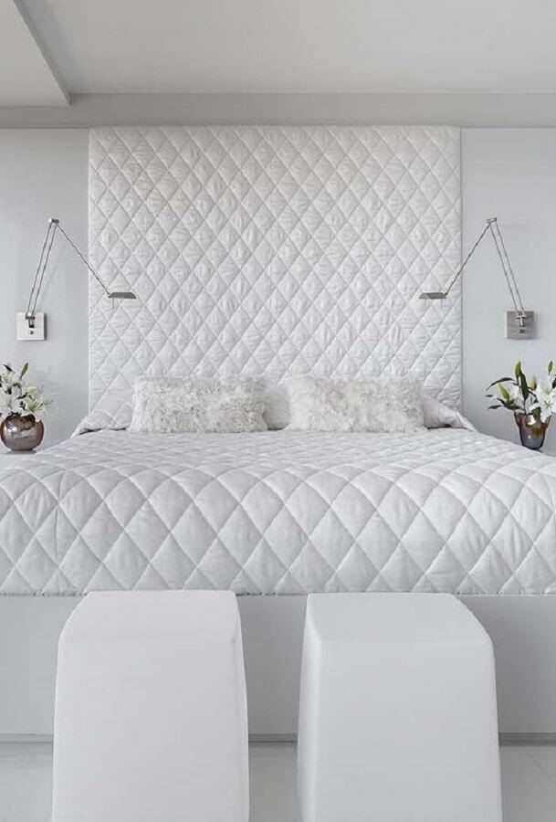 quarto branco de casal decorado com cabeceira estofada Foto Neu dekoration stile