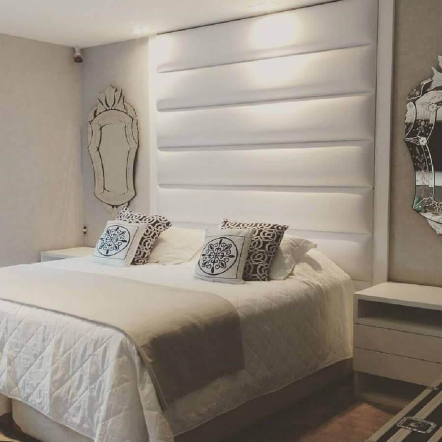 quarto branco decorado com cabeceira estofada e espelho provençal Foto ArqVita