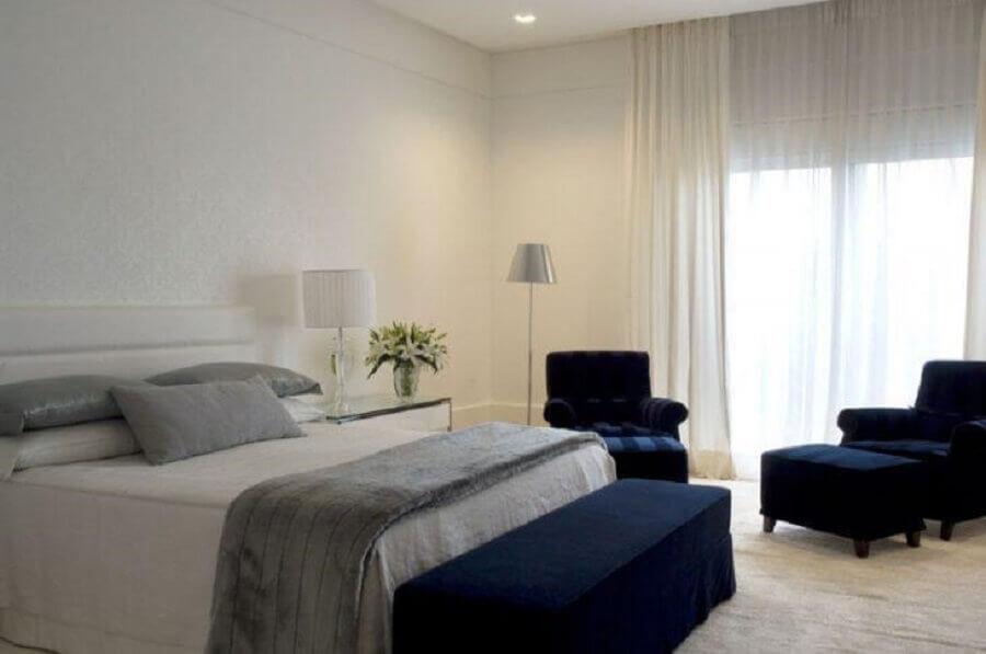 quarto branco decorado com poltronas azul marinho Foto Roberto Migotto