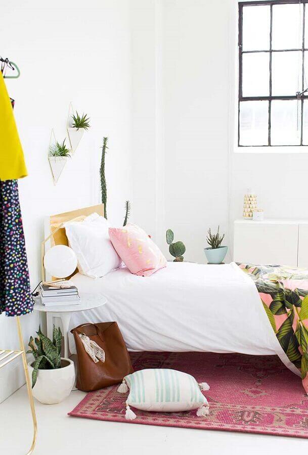 quarto branco decorado com vasinhos de plantas e tapete rosa Foto Sugar & Cloth