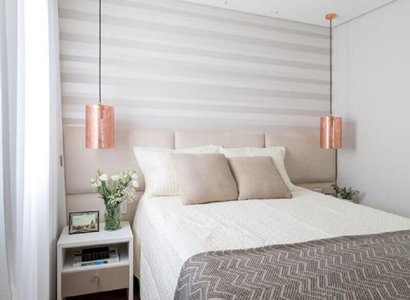 quarto branco pequeno decorado com cabeceira estofada e pendente rose gold Foto Sono Belo Colchões