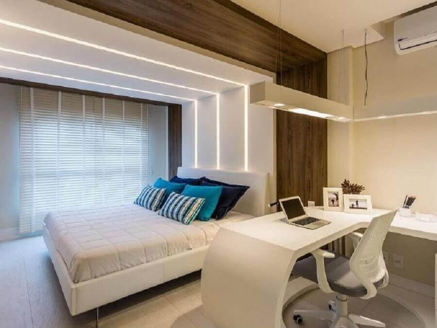 quarto branco planejado com bancada de estudos Foto Mariana Pesca Arquitetura