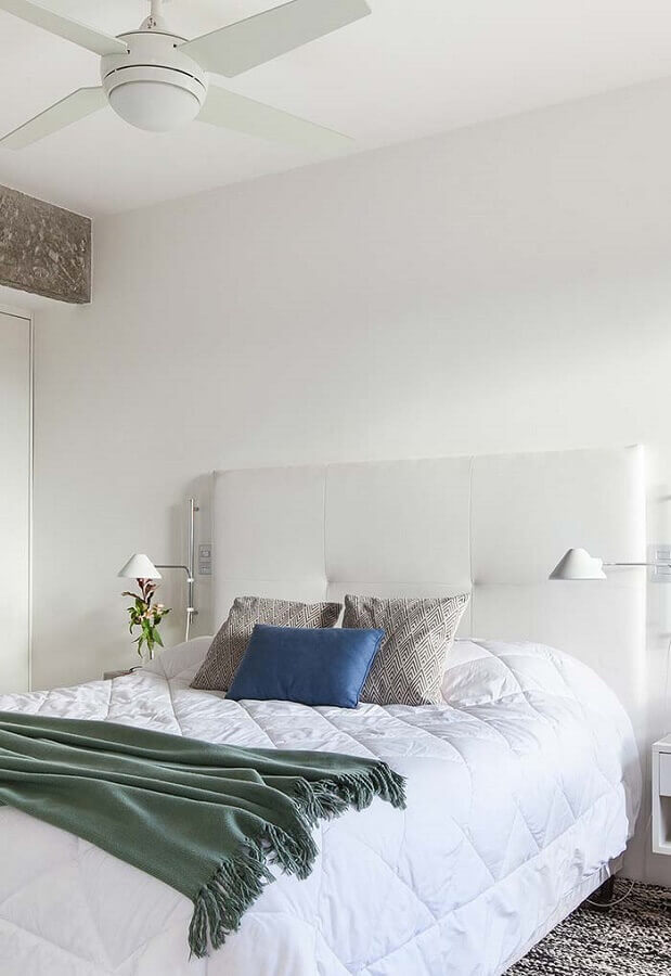 quarto branco simples decorado com cabeceira estofada Foto Histórias de Casa