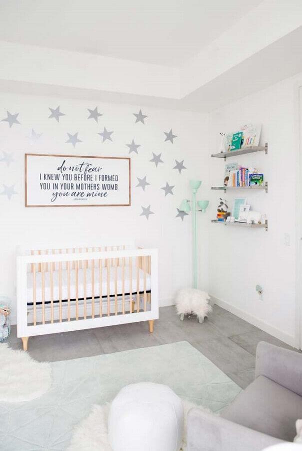 quarto de bebê branco decorado com estrelas na parede Foto Ideias Decor