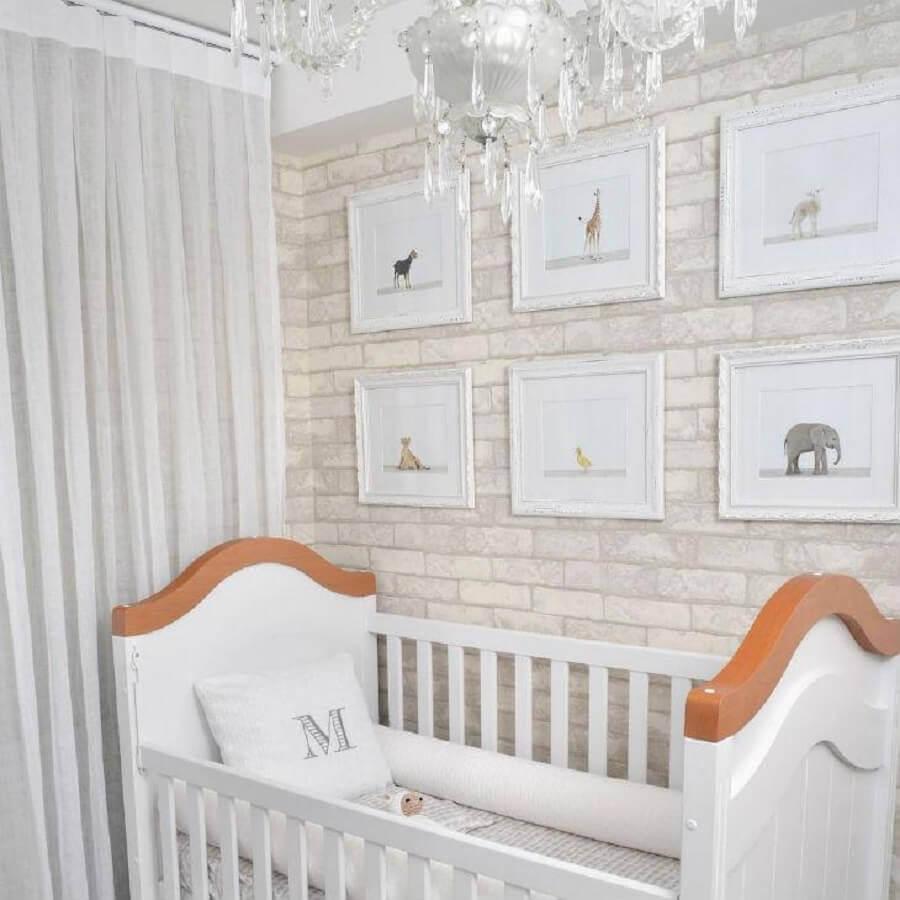 quarto de bebê branco decorado com papel de parede de tijolinho Foto Bebê Panda Enxoval