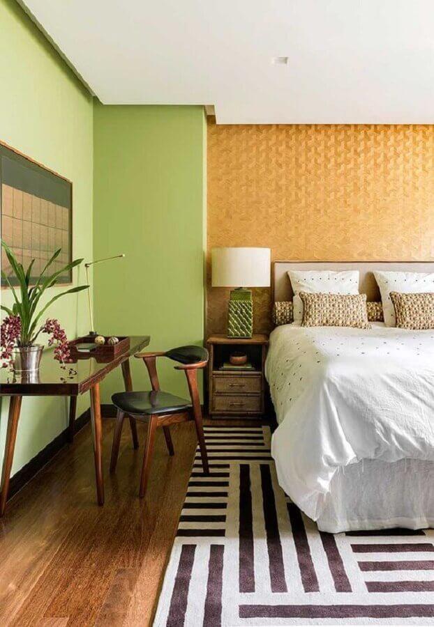 quarto de casal amplo decorado com parede verde Foto Casa de Valentina