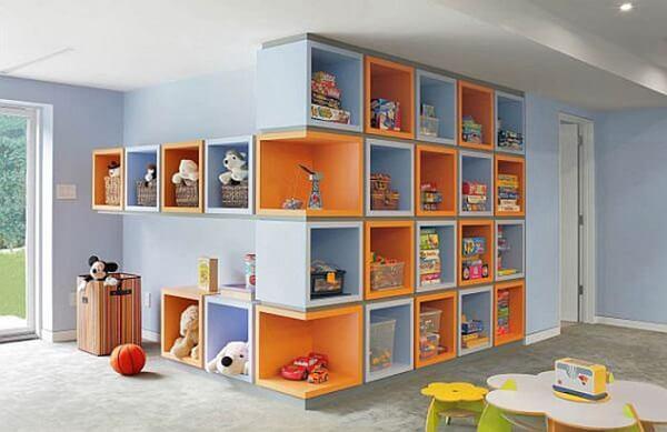 Nichos coloridos para quarto infantil em tons de laranja e azul