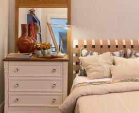quarto de hóspedes decorado com criado mudo e espelho