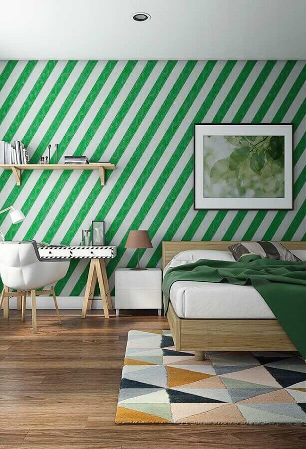 quarto decorado com papel de parede verde listrado Foto Webcomunica