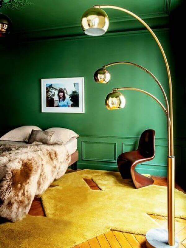 quarto decorado com teto e parede verde Foto Apartment Therapy