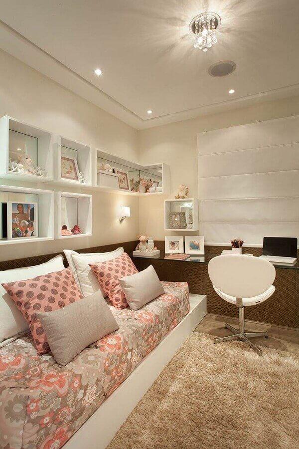 quarto feminino decorado com bancada de estudos e cadeira giratória branca Foto Webcomunica