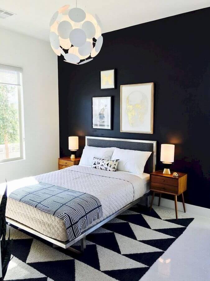 quarto preto e branco decorado com tapete geométrico e criado mudo de madeira Foto Arquitetura