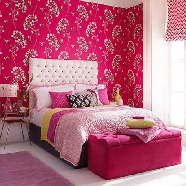 Quarto de casal com papel de parede estampado e passadeira rosa