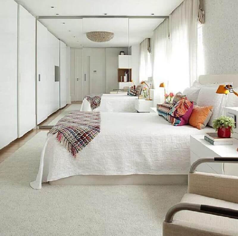 quarto roupa com espelho para quarto branco com almofadas coloridas Foto Interior Desing