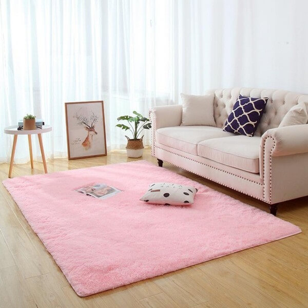 O tapete peludo rosa trouxe aconchego para a sala de estar