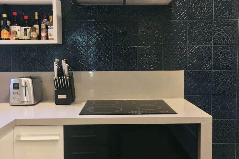 revestimento azul marinho para parede de armário de cozinha com cooktop Foto Pinterest