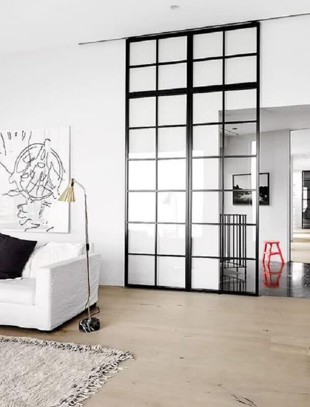 sala com porta de ferro com vidro de correr Foto Zozu