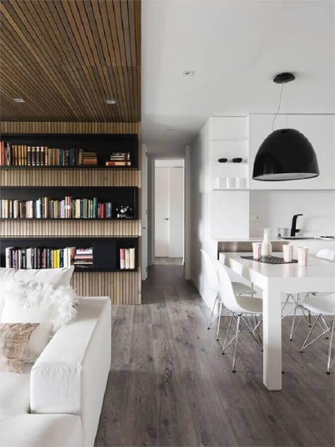 sala de estar e jantar integradas decoradas com nichos na cor preta Foto HappyModern