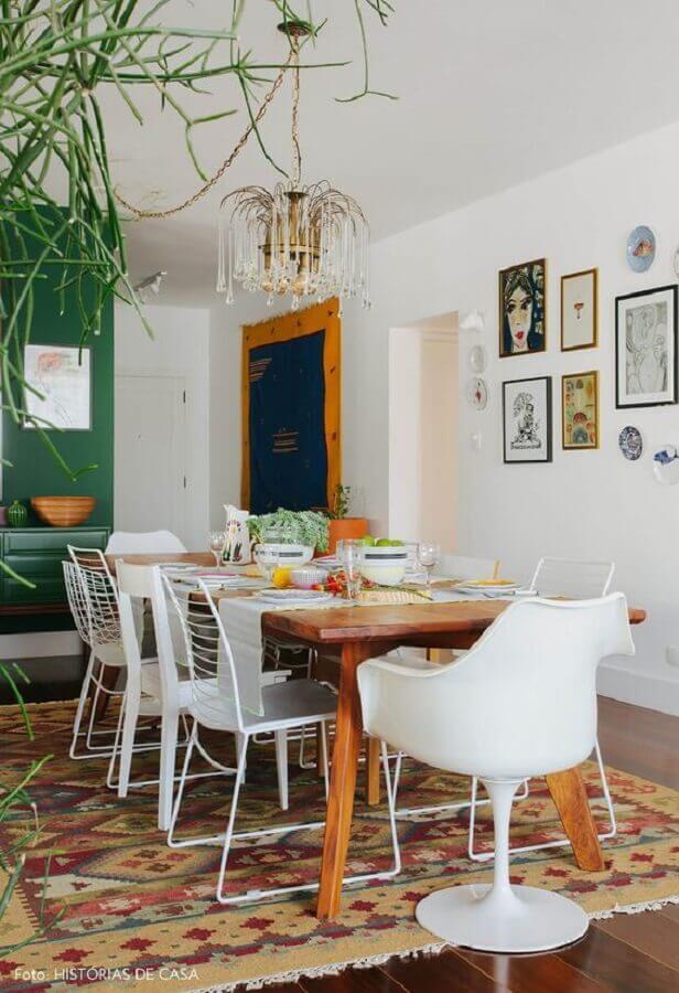 sala de jantar decorada com cadeira branca diferentes Foto Histórias de Casa