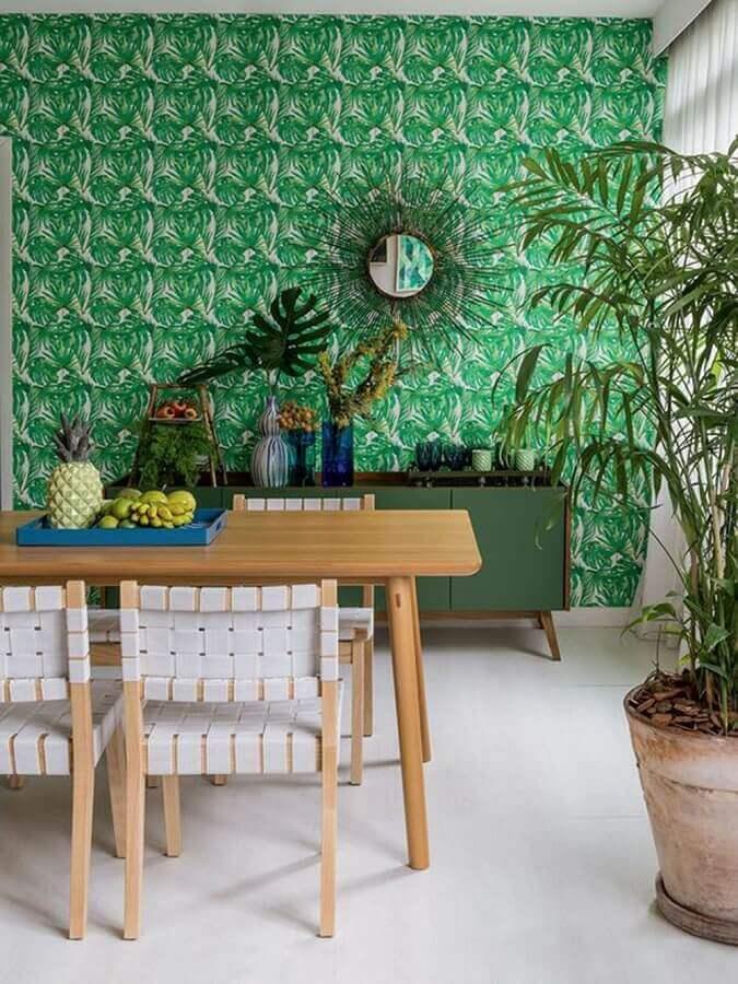 sala de jantar decorada com cadeira de madeira branca e papel de parede verde Foto Homedit