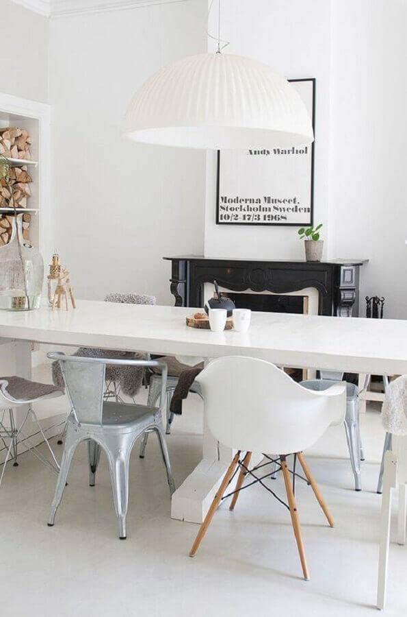 sala de jantar decorada com modelos diferentes de cadeira branca Foto Pinterest