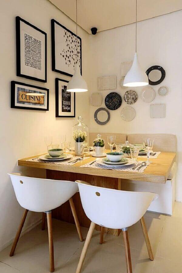 sala de jantar pequena decorada com cadeira branca e vários quadros na parede Foto Simples Decoração