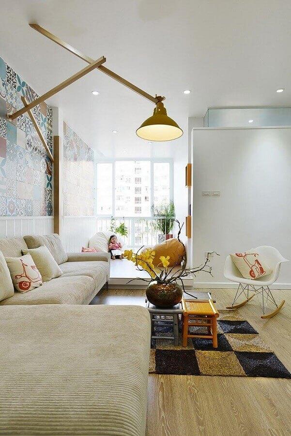 sala decorada com cadeira eames branca de balanço Foto ArchDaily