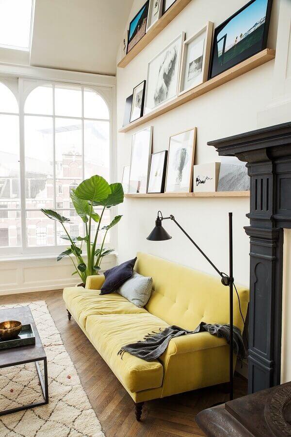 sala decorada com sofá amarelo e prateleiras de madeira Foto We Heart It