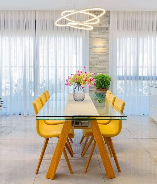 O cachepot de vidro para plantas pode decorar a mesa da sala de jantar