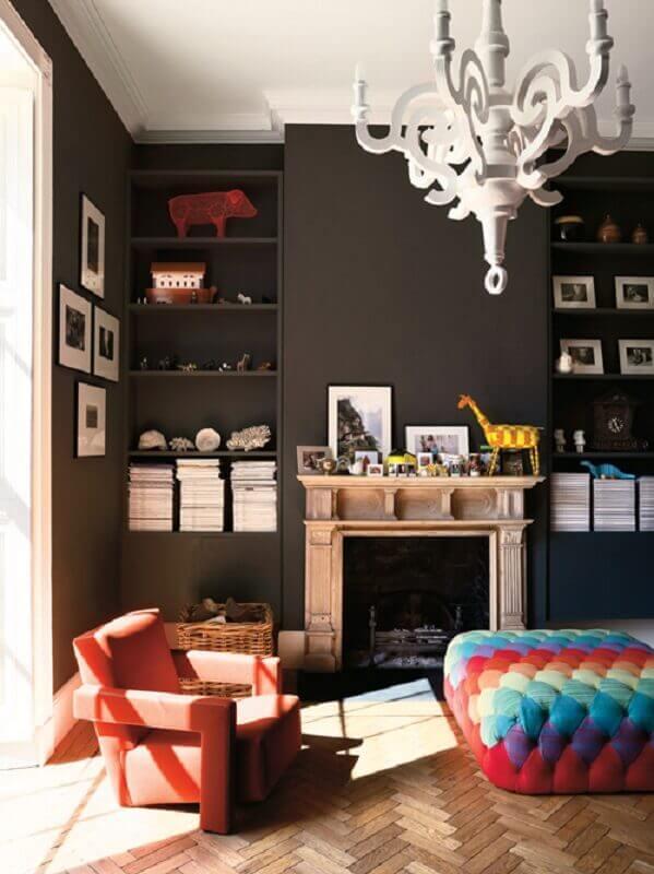 sala moderna decorada com puff capitonê quadrado todo colorido Foto Pinterest