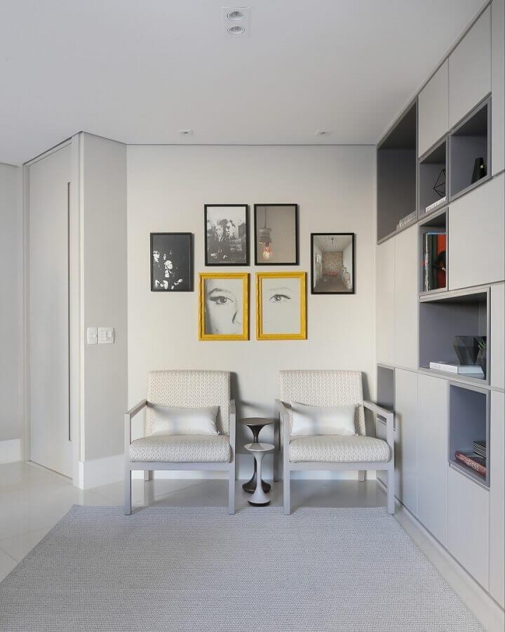 sala toda branca decorada com quadros em tons de amarelo Foto Simone Saccab Arquitetura