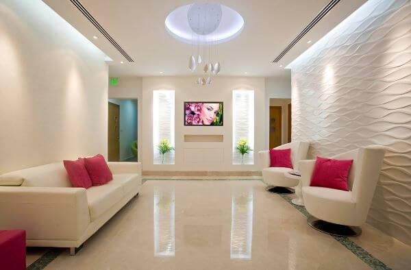 Sofá para escritório com almofadas coloridas