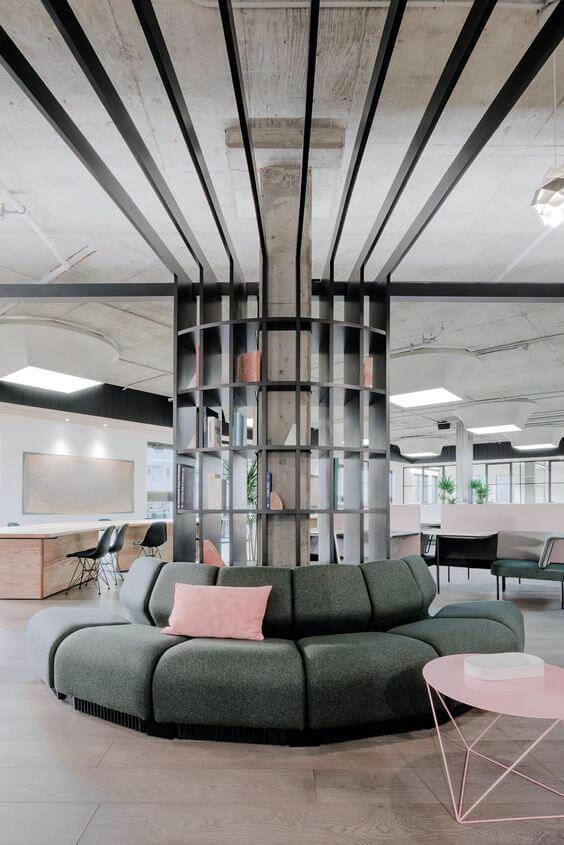 Sofá para escritório em tons de verde e rosa