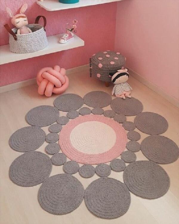 Modelo de tapete cinza e rosa de crochê redondo