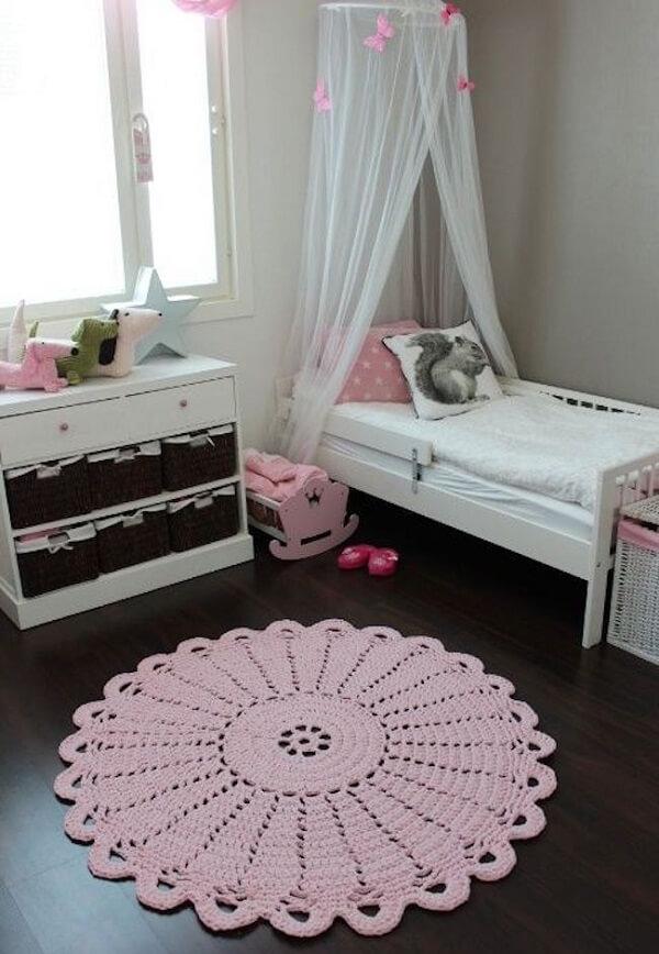 Modelo de tapete de crochê rosa feito de barbante