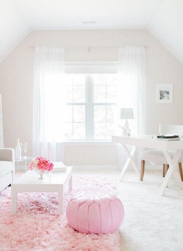Modelo de tapete rosa peludo para sala com decoração clean
