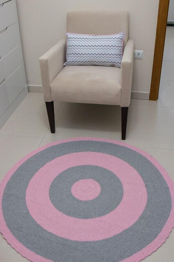 Tapete redondo rosa e cinza