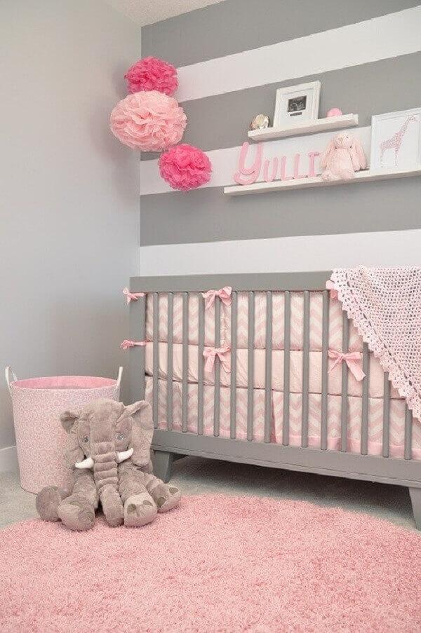 Quarto de bebê em tons de cinza e rosa
