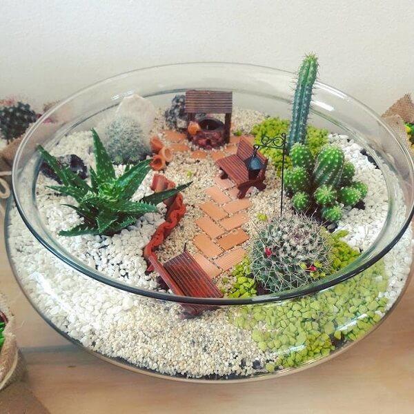 A transparência do cachepot de vidro permite uma visão especial dos elementos orgânicos do terrário