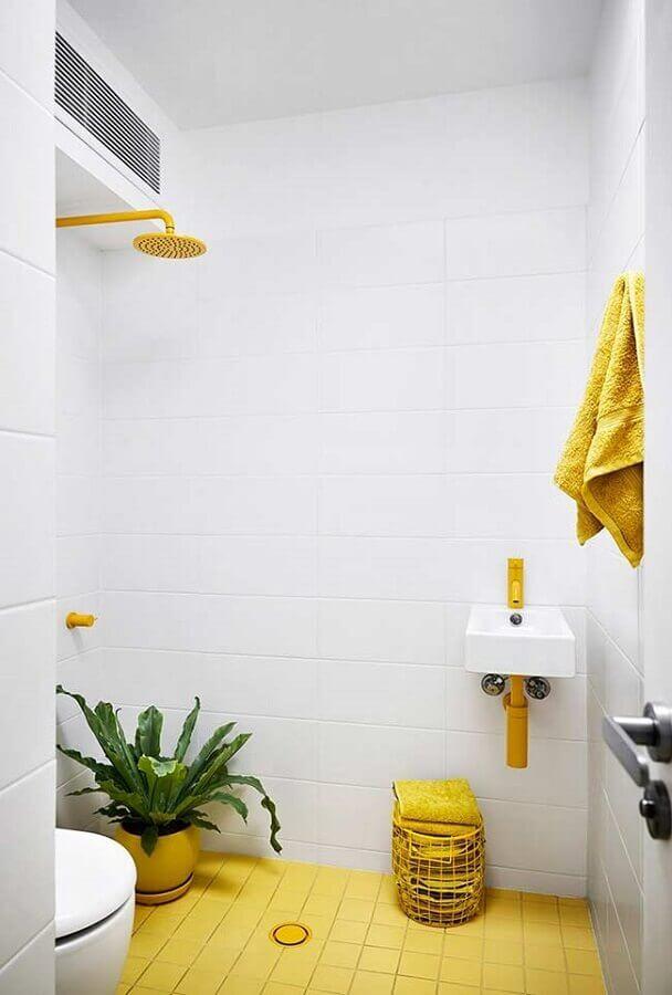 tons de amarelo para decoração de banheiro todo branco Foto Apartment Therapy